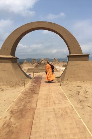 福隆沙雕季灑淨 靈鷲山常住法師為福隆沙灘灑淨祈福